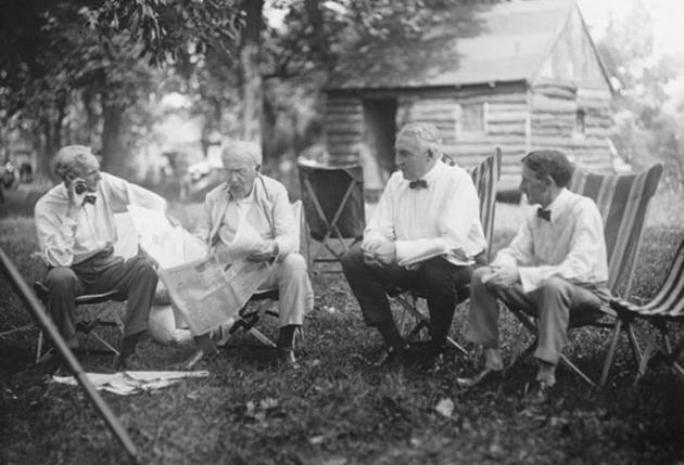 De gauche à droite : Henry Ford (fondateur de Ford Motor Co.), Thomas Edison (inventeur du phonographe, de la centrale électrique...), Warren G. Harding (29ème president des Etats-Unis) et Harvey Samuel Firestone (fondateur des pneus Firestone).