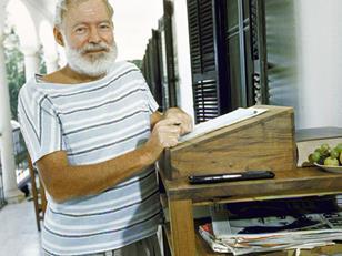 Ernest Hemingway (prix nobel de litterature) et son bureau debout